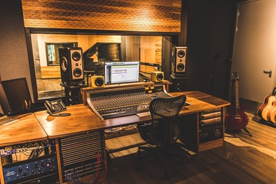 Lot 38 - ONE TO ONE MIXING MASTERCLASS AT UNIVERSAL MUSIC STUDIOS, LONDON