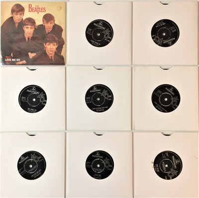 Lot 40-THE BEATLES - 7''/EP (UK) COLLECTION